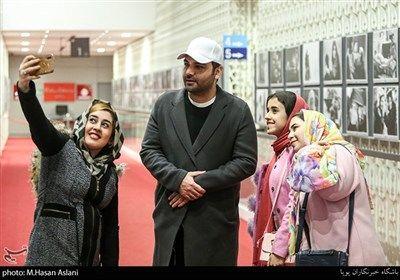 احسان علیخانی مجری در هفتمین روز سی و هشتمین جشنواره فیلم فجر در پردیس چارسو