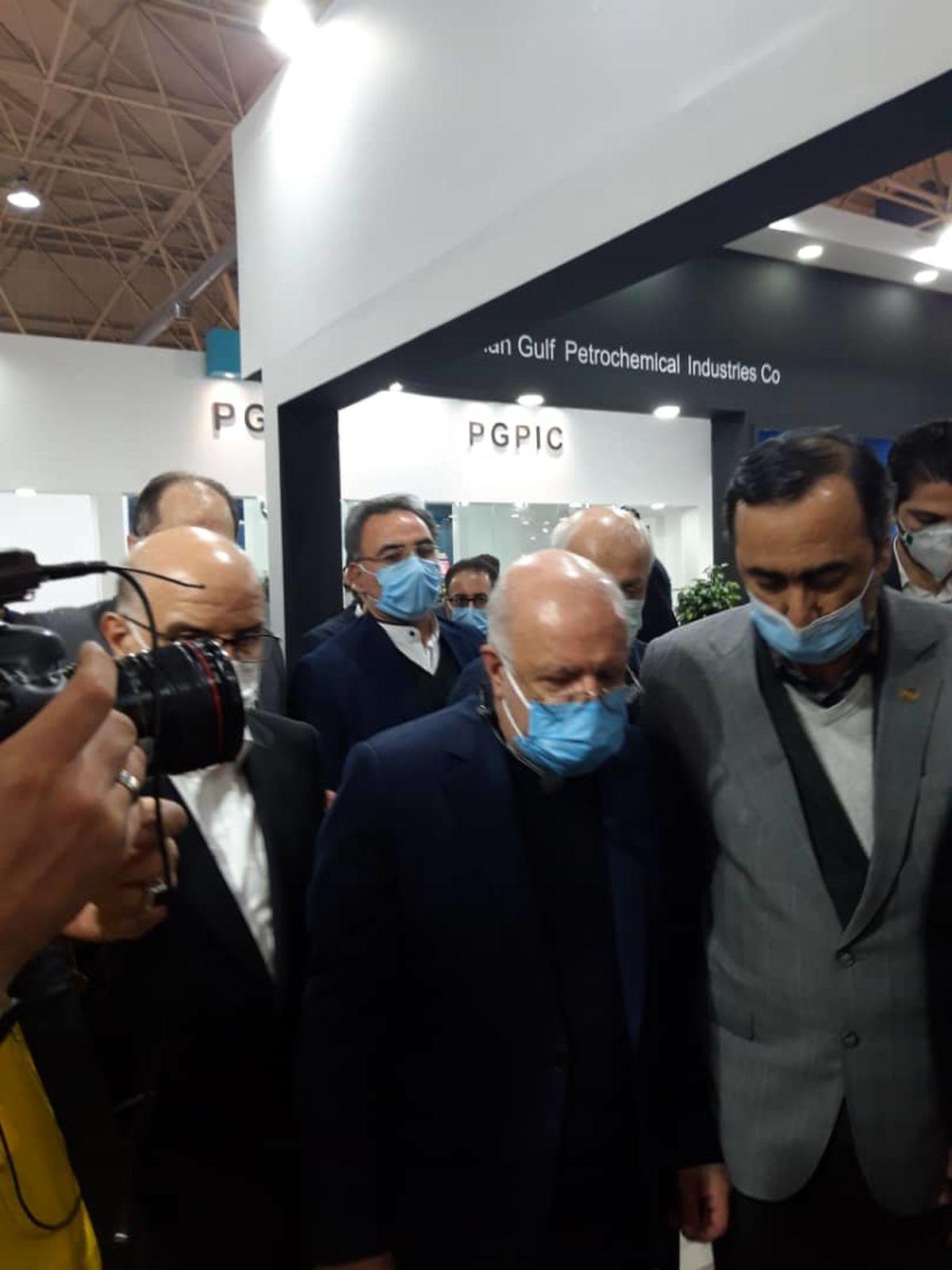 بازدید وزیر نفت از غرفه هلدینگ خلیج فارس در نمایشگاه ایران پلاست