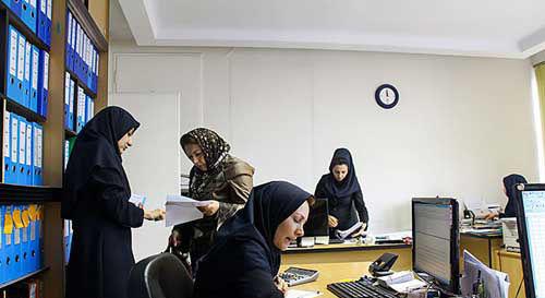 زنان در ایران ۱۳ ساعت کمتر از مردان کار میکنند