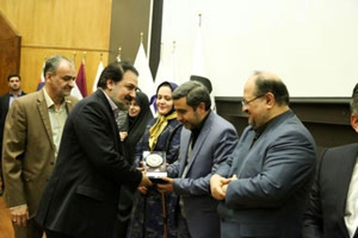 اختصاص لوح جایزه مسئولیت های اجتماعی به شرکت فولاد آلیاژی ایران