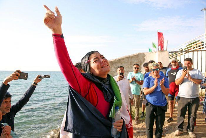 دختر ایرانی رکورد جهانی شنا با دست بسته را شکست