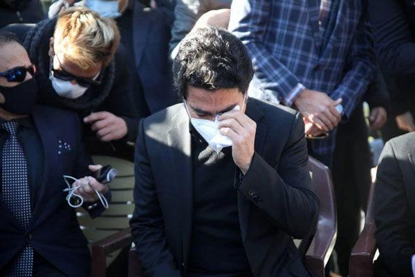 تصویری از اشکهای همایون شجریان بر سر مزار پدر