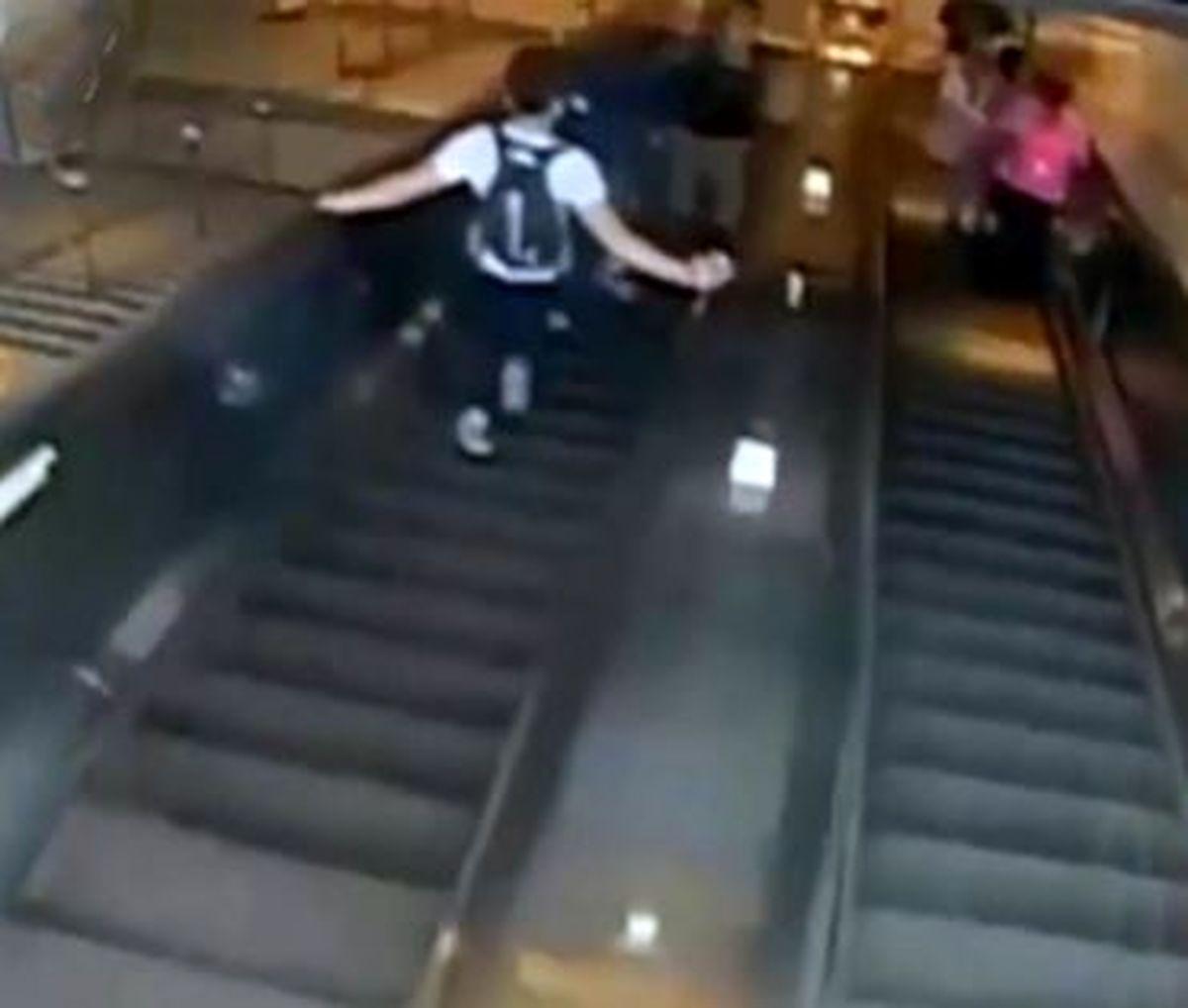 پرت کردن وحشیانه زن از پله های مترو توسط مرد جوان + فیلم