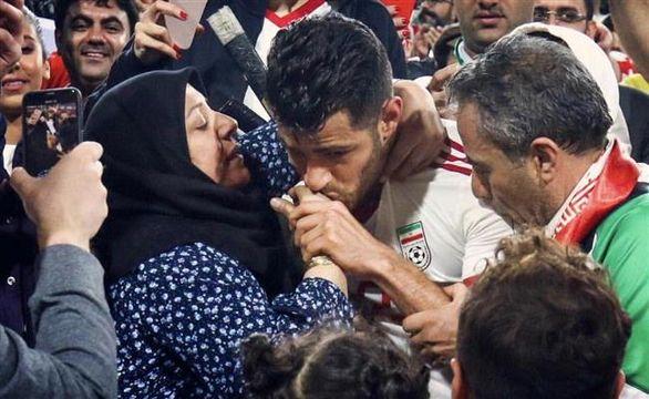 بوسه بر دستان مادر توسط ستاره ایران بازتاب فراوانی داشت + عکس