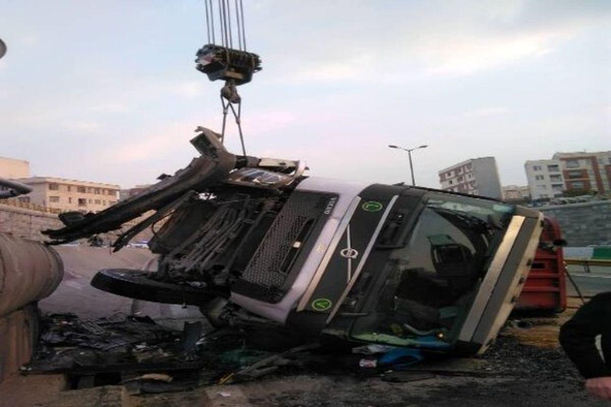 واژگونی تریلر در بزرگراه امام علی (ع) | راننده فوت شد