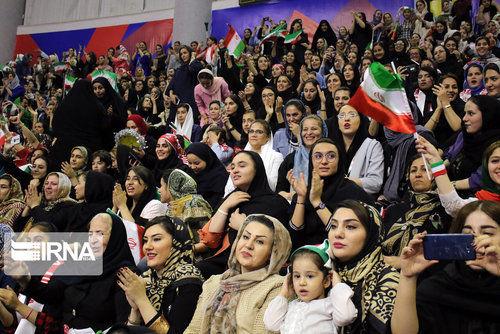 تماشاگران زن در دیدار والیبال ایران - کانادا (عکس)