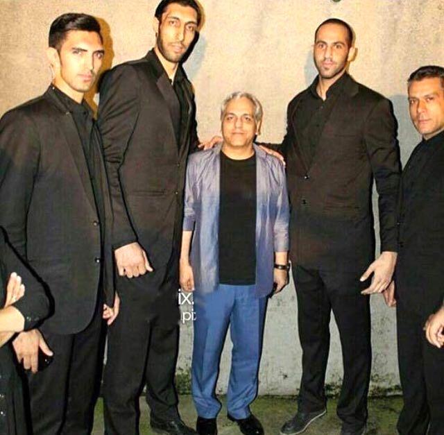 مهران مدیری در میان 4 بادیگارد غول پیکر! + عکس