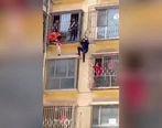 کودک آویزان از بالکن طبقه سوم از مرگ حتمی نجات یافت +عکس و فیلم