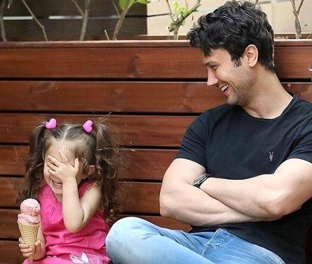 عکس بامزه و دیده نشده شاهرخ استخری و دخترش