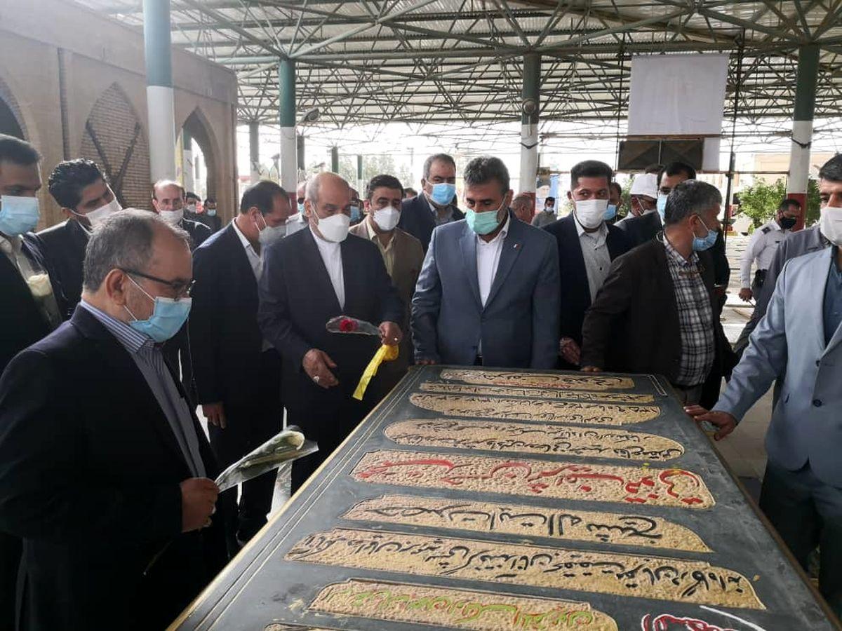 دبیر شورای عالی مناطق آزاد کشور به مقام شامخ شهدای منطقه آزاد اروند ادای احترام کرد