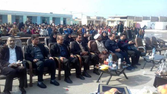 اهداء اقلام کمکی به دانش آموزان مدرسه شهید چمران شهرستان کارون