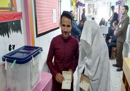 حضور عروس و داماد برای شرکت در انتخابات