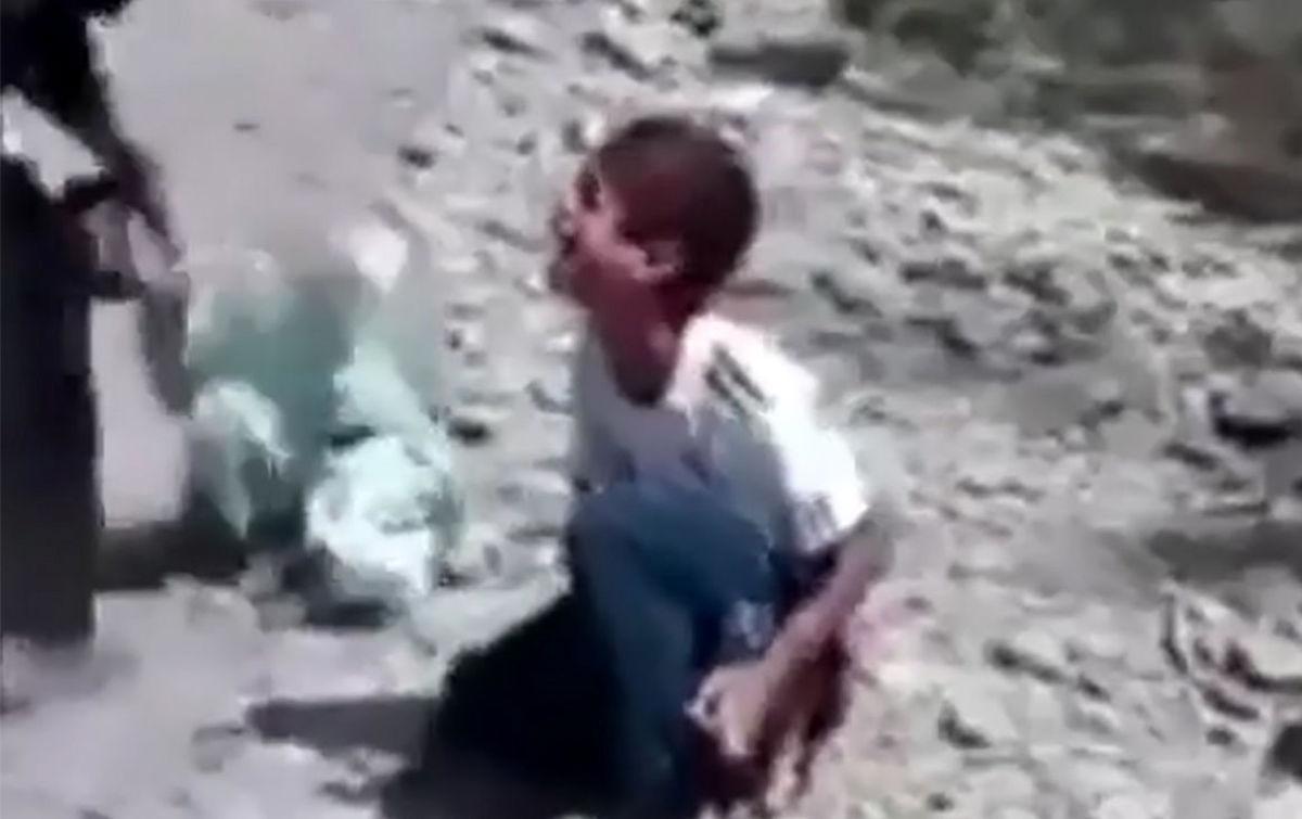 کودک آزاری بی رحمانه 2 پسربچه در بیابان جنجالی شد + ویدئو