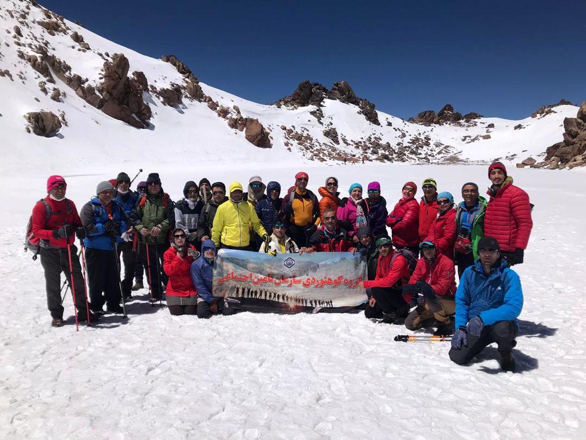 صعود تیم کوهنوردی سازمان تامین اجتماعی به سومین قله بلند ایران