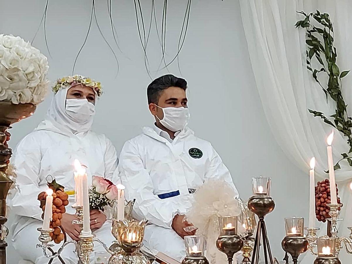 زوج پرستار با لباس عجیب بر سر سفره عقد حاضر شدند