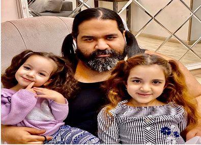 رضا صادقی با موهای خرگوشی در کنار فرزندانش + عکس